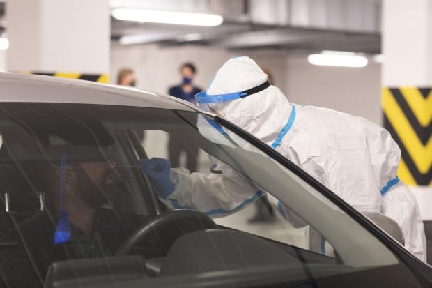 Testy pobierane są w centrach diagnostycznych COVID-19 drive-thru, punktach poboru wymazów oraz w domach pacjentów przez mobilne zespoły wymazowe.