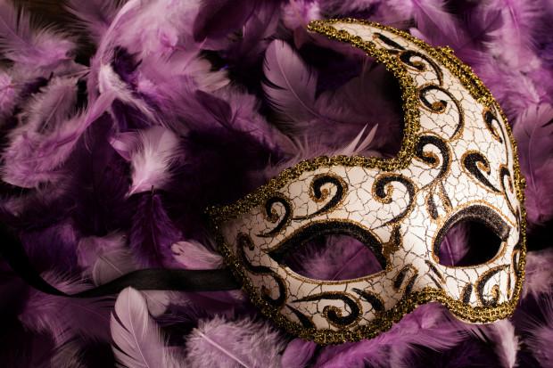 W karnawale królują wyszukane przebrania - im bardziej oryginalne, tym lepiej. Zwykle elementem dopełniającym kostium jest maska karnawałowa.