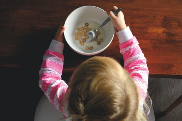 """Są dzieci, które na posiłki przychodzą z radością, lubią próbować nieznanych potraw i łatwo przekonują się do nowych smaków. Są również takie, które potrzebują znacznie więcej czasu i cierpliwości, dlatego szybko zostają okrzyknięte """"niejadkiem""""."""