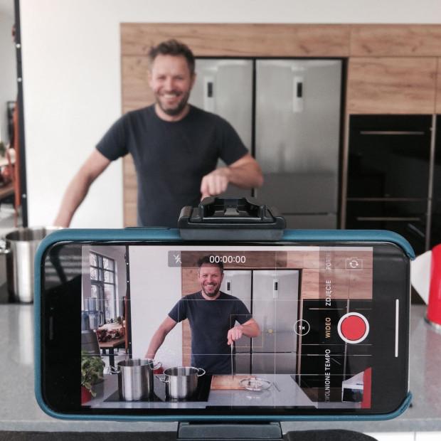 Gotowanie online z szefami kuchni - to trend, który zdobywa coraz więcej zwolenników. Na zdjęciu: Kamil Sadkowski.