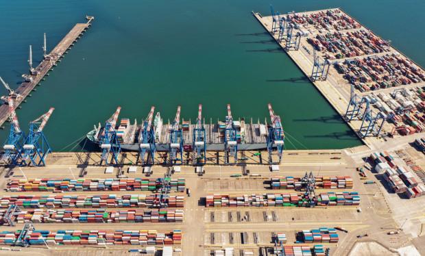 DCT Gdańsk to największy terminal głębinowy w regionie Morza Bałtyckiego i jedyny obiekt, do którego bezpośrednio zawijają statki z Dalekiego Wschodu.