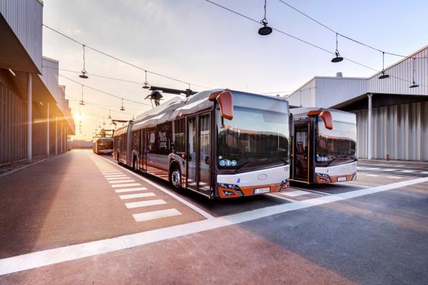 Solaris, podobnie jak EvoBus, złożył oferty na autobusy standardowej długości oraz przegubowe. Na zdjęciu pojazdy tego producenta podłączone pantografami w trakcie ładowania.