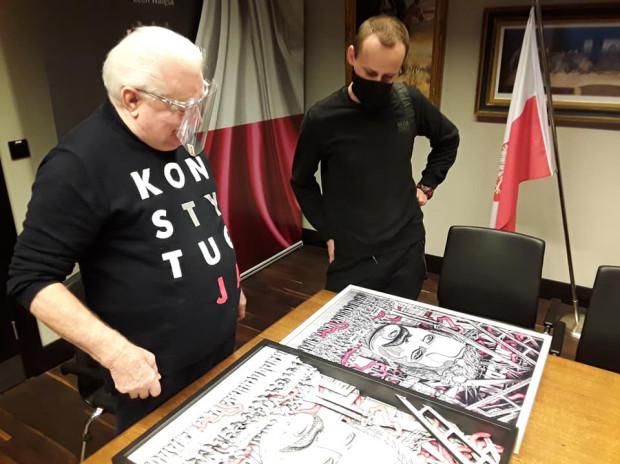 Lech Wałęsa złożył podpis na obrazie i otrzymał pamiątkowy plakat wysokiej jakości.