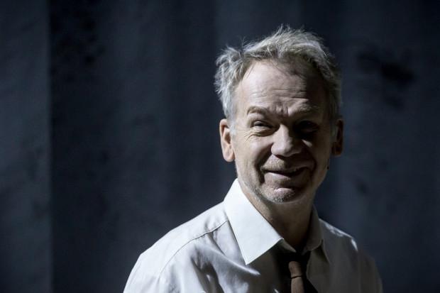"""Mirosław Baka w spektaklu """"Śmierć komiwojażera"""" w Teatrze Wybrzeże."""