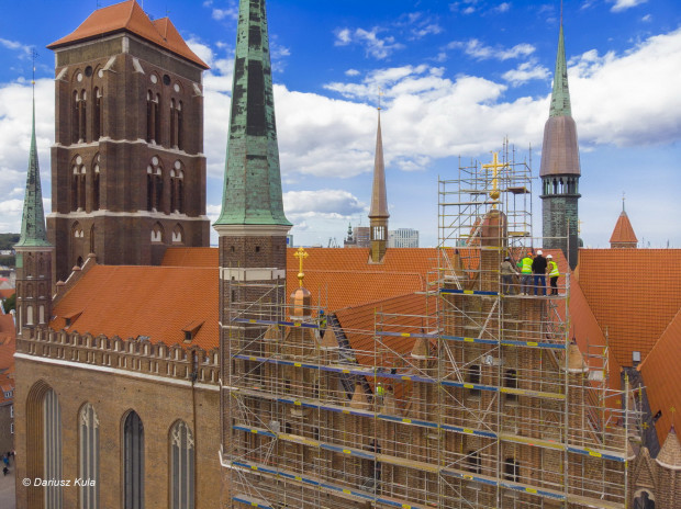 Pośrodku zdjęcia, nad nawą główną, widoczna zrekonstruowana sygnaturka. Zgodnie z wielowiekową tradycją, umieszczono w niej niewielki, bo ważący zaledwie 60 kg dzwon. Nosi on imię św. Jana Pawła II, który odwiedził Bazylikę Mariacką w 1987 roku.