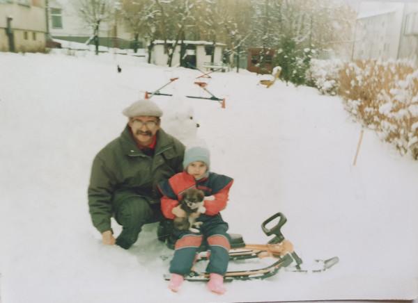 Nartosanki - o takim zimowym sprzęcie marzyło wiele dzieciaków. Na zdjęciu: czytelniczka Ewelina z dziadkiem. Styczeń, 1992 rok.