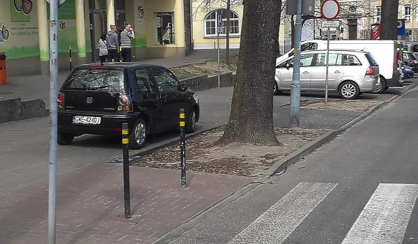 Czytelnicy sygnalizują, że auta w okolicy UCK pozostawiane są na chodnikach.