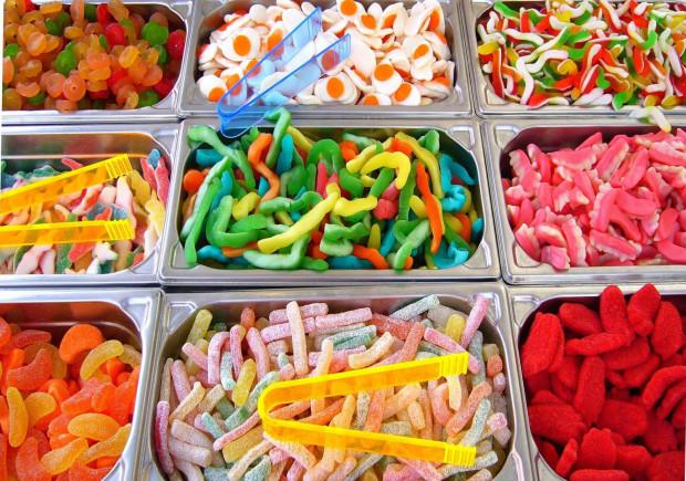 Jednym z najbardziej zakorzenionych mitów dotyczących żywienia jest właśnie uzależnienie od cukru. Czasami zostaje on porównany nawet do narkotyków. Prawda jest taka, że cukier sam w sobie nie jest specjalnie smaczny i nie rzucamy się na cukierniczkę w przypadku apetytu na słodki smak.