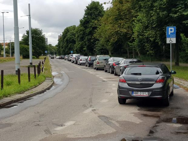 Radni Brzeźna nie zgodzili się, by pas rowerowy wyznaczyć kosztem miejsc postojowych na Hallera. Nadmorska dzielnica boryka się bowiem z deficytem parkingów.