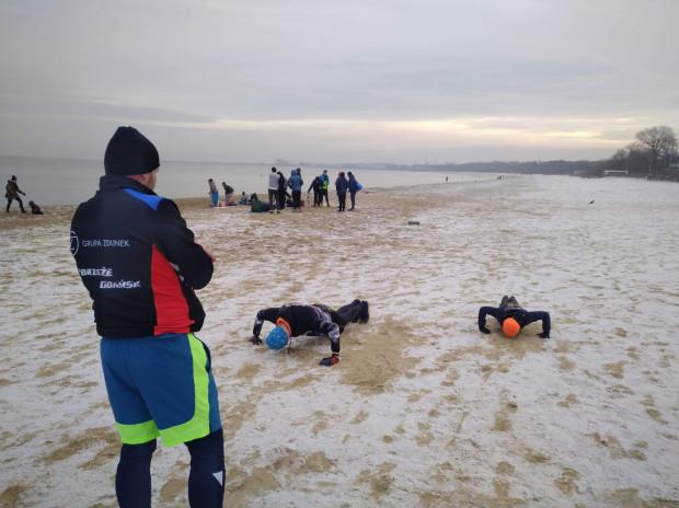 W żużlu większość zawodników przygotowuje się do sezonu we własnym zakresie. Ci, którzy mieszkają w Gdańsku, biorą dodatkowo udział w zajęciach z najmłodszymi, m.in. na plaży.