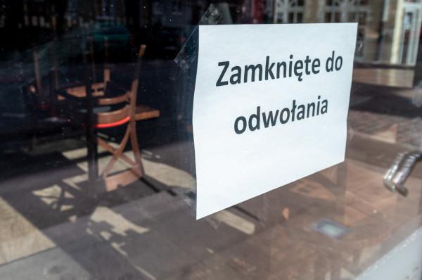 Obecna sytuacja jest trudna dla wszystkich. Jedną z branż, która najdotkliwiej odczuwa skutki pandemii koronawirusa, jest gastronomia. Obostrzenia nakładane przez rząd mają zapobiec rozprzestrzenianiu się wirusa, ale jednocześnie okazują się zabójcze dla restauracji, barów, klubów i pubów.