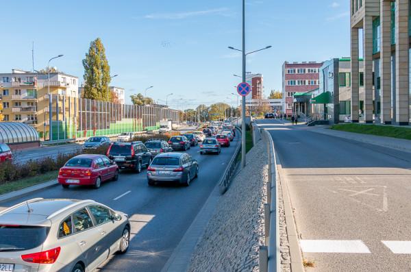 Mury oporowe, skarpy, ekrany akustyczne, drogi serwisowe i wąskie chodniki. Błędy popełnione na miejskim odcinku Trasy Słowackiego mają się już więcej nie powtórzyć dzięki GSUM.