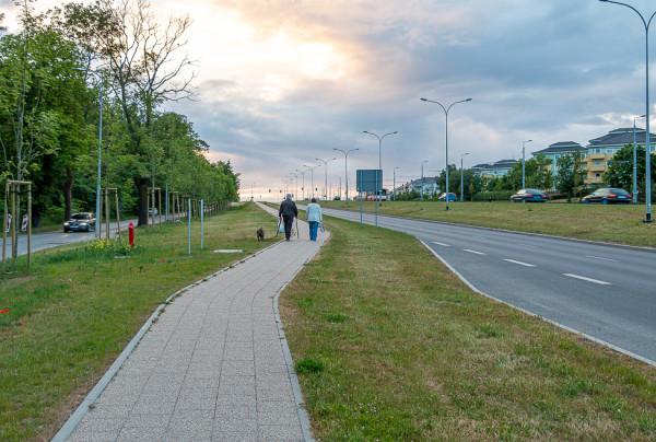 GSUM narzuca minimalną szerokość chodnika 2 m (nz. al. Havla z chodnikiem o szerokości 1,5 m).