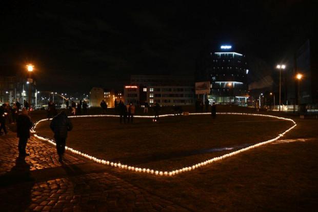 Serce ze zniczy dla Pawła Adamowicza powstało na pl. Solidarności.