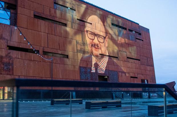 Na budynku ECS wyświetlane są archiwalne zdjęcia Pawła Adamowicza.
