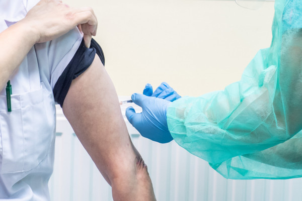 Na szczepienie przeciw COVID-19 jako pierwsi od piątku, 15 stycznia, mogą umawiać się seniorzy powyżej 80. roku życia. Termin można zarezerwować telefonicznie, przez internet lub w punkcie szczepień.