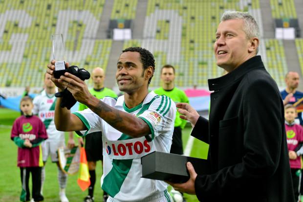 Deleu, jako piłkarz Lechii Gdańsk, odbiera nagrodę dla Najlepszego Ligowca Roku 2013 w Trójmieście. Na zdjęciu z Michałem Kaczorowskim, redaktorem naczelnym Trojmiasto.pl