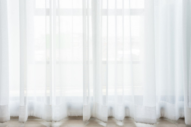 Pomiędzy firaną a podłogą powinno pozostawać pół centymetra przestrzeni - tak określa się optymalną długość firany.