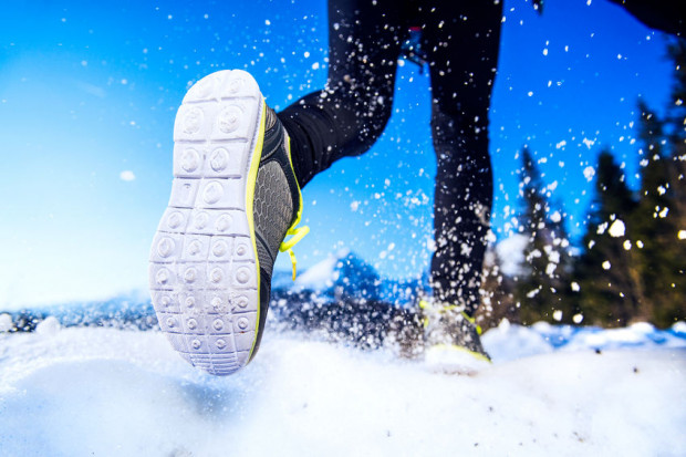 Bieganie po śniegu jest dobre dla stawów, a sam mróz nie stanowi przeszkody dla treningu. Planując go, zwróćmy jednak uwagę na to, czy zapowiadane są opady bądź silny wiatr.
