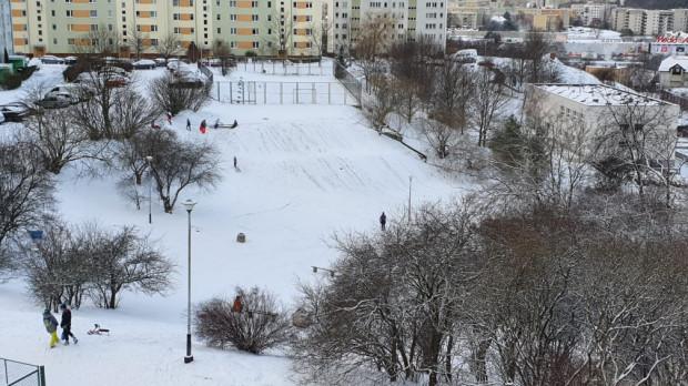 Górka na Chyloni, uformowana przed kilkudziesięcioma laty, wciąż cieszy dzieci zimą.