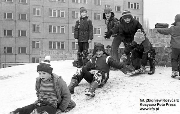 Zjeżdżanie z górki na Zaspie w lutym 1980 r.