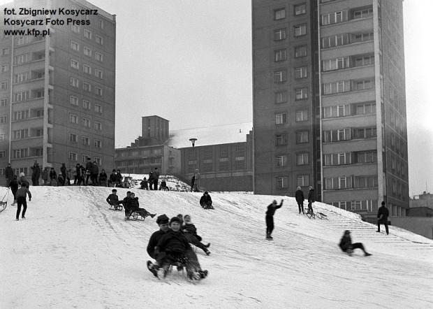 Zjeżdżanie z górki przy ówczesnej ulicy Czołgistow (dziś al. Marszałka Józefa Piłsudskiego) w Gdyni. 30 stycznia 1969 r.