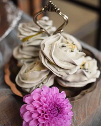 Wypieki Tortoramy powstają ze składników o najwyżej jakości, wykluczając gotowe półprodukty i mieszanki. Na co dzień powstają tu ciasta i torty na różne okazje. Pracownia zapewnia też słodką oprawę ważnych uroczystości rodzinnych.