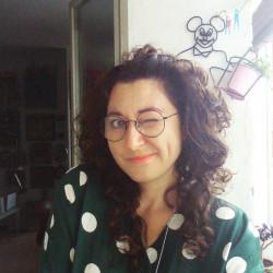 """Kora Tea Kowalska - gdańszczanka, absolwentka archeologii i kulturoznawstwa, wykładowczyni, kolekcjonerka. Od 2013 r. prowadzi projekt """"od rzeczy skład"""", gdzie codziennie opisuje przedmioty z własnej kolekcji."""