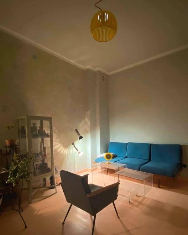 Na zdjęciu: kanapa Jitona, lampa Polam, stolik z akrylu, fotel ze śmietnika.