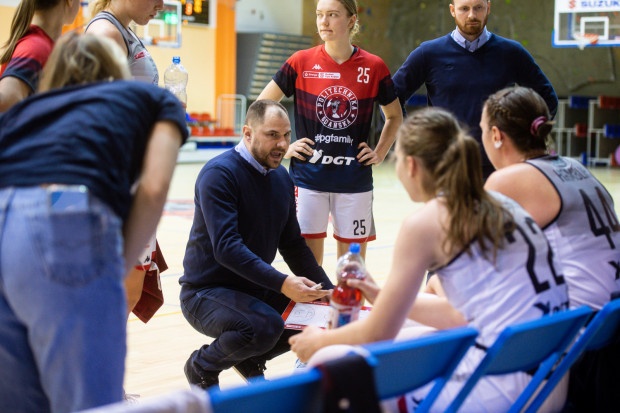 Już po ostatniej porażce z Eneą AZS Poznań, trener Wojciech Szawarski mógł mieć sporo uwag co do gry swoich podopiecznych, które punktowały ze skutecznością 31-proc. W starciu z Pszczółką Polski Cukier AZS UMCS wzrosła co prawda do 35 proc., ale wciąż pozostawia wiele do życzenia.