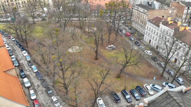 Współczesny widok na plac Wałowy, który pokazuje, że większość pieszych pokonuje go po skosie.
