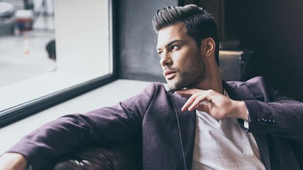 Modne fryzury męskie na ten sezon to zrównoważona elegancja, klasyka. Stylizacje, które głównie bazują na zaczesaniu włosów do tyłu.
