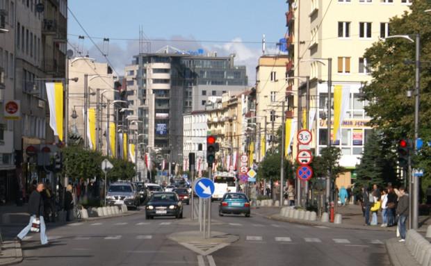 Budynek Transatlantyku zamyka oś widokową ulicy Świętojańskiej.