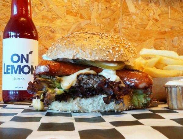 Kaszubski Boyfriend to burger pełen wołowiny, kiełbasy oraz dodatków. Znajdziecie go w Kobo Burger na Ujeścisku.