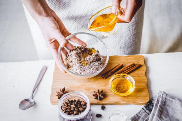 Kosmetyki na bazie kawy łatwo przyrządzić samodzielnie, dodając inne składniki z kuchni: cukier, sól, oliwę lub np. płatki owsiane.