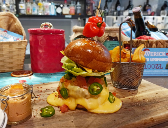 Bardzo pikantny burger Ostry Cień Mgły to propozycja wrzeszczańskiego lokalu Maverick.