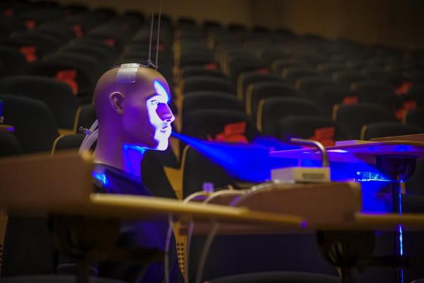 Niemieccy naukowcy już po raz drugi dowiedli, że ryzyko zakażenia SARS-CoV-2 podczas koncertu, nawet w zamkniętej sali koncertowej, jest niewielkie. Na zdjęciu manekin Oleg, którym posłużono się podczas badań w Dortmundzie.