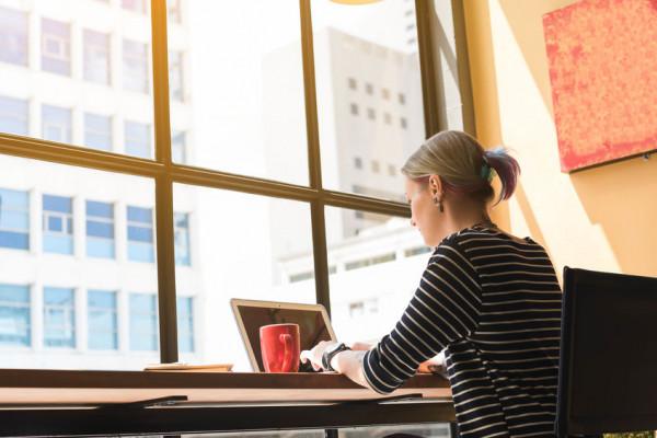 W ostatnim czasie przestrzeniami coworkingowymi interesują się nie tylko małe firmy czy freelancerzy, ale także osoby pracujące zdalnie czy nawet zespoły korporacyjne.
