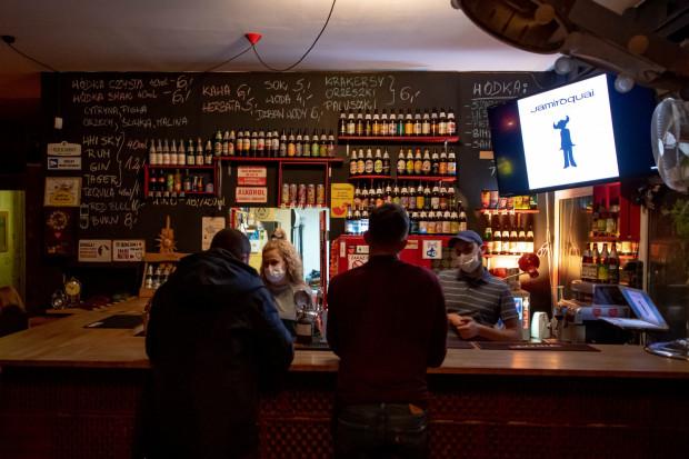 """W ostatnich dniach część pubów i restauracji w Trójmieście otworzyła się wbrew obostrzeniom. Podobny """"strajk"""" przedsiębiorców z południa kraju poskutkował zapowiedzią tarczy turystycznej dla tamtego regionu. Czy Pomorze też otrzyma podobne wsparcie?"""