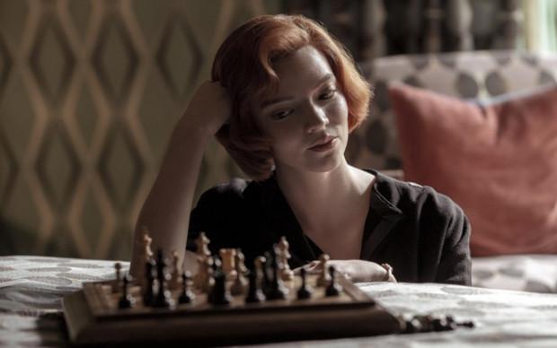 """Modne fryzury na 2021 rok to głównie swoisty powrót do lat 60. Styliści jako przykład podają znaną z serialu """"Gambit królowej"""" postać. Opaski i chusty są dobrymi dodatkami, które dopełnią naszą stylizację w tym sezonie."""