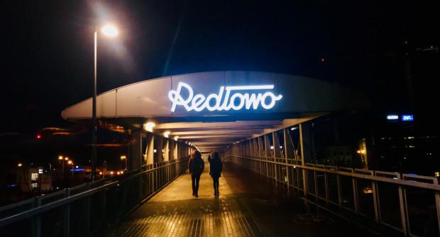 Traffic Design projektuje szyldy retro - m.in. ten w Redłowie, który najpierw był na peronie SKM, a po remoncie przeniesiono go na kładkę.