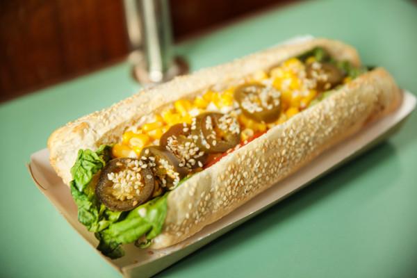 Pikantny wegański hot dog Mad Dog od Hot Doggie w Gdyni.