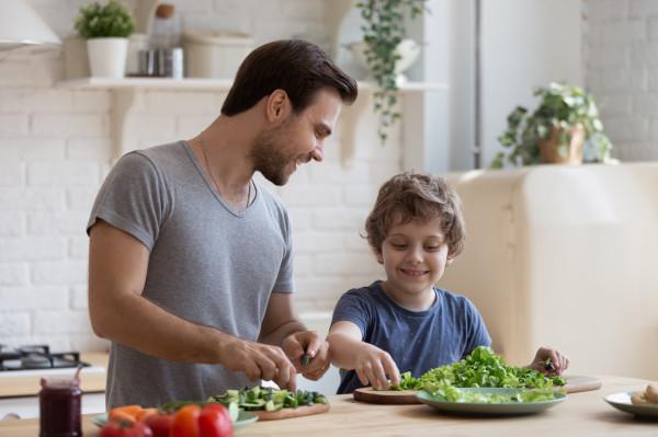 Aktywność fizyczną warto połączyć z wdrożeniem zasad zdrowego odżywiania.
