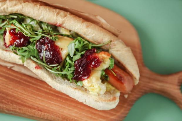 Hot dog Górol z wurstem i oscypkiem od Franco Hot Dogs.