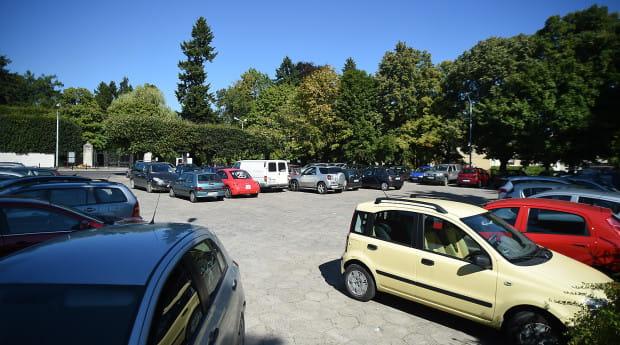 Parking na pl. Inwalidów o każdej porze roku jest pełen samochodów.