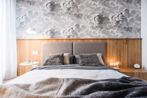 Wakacyjne mieszkanie pary na stałe mieszkającej w Warszawie jest odskocznią od codzienności - oprócz przestrzeni do relaksu uwzględnia miejsce do okazjonalnej pracy biurowej.