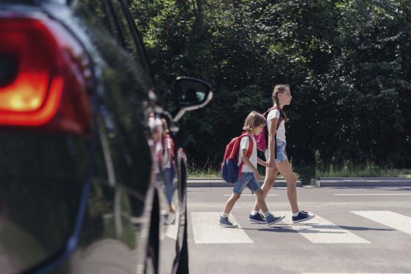 """Nowe regulacje dają pieszemu wchodzącemu na przejście pierwszeństwo przed wszystkimi pojazdami z wyjątkiem tramwaju. Kierowcy i piesi muszą także zachować """"szczególną ostrożność""""."""