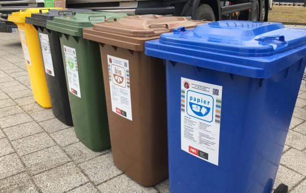 Śmieci bio trafiają do brązowego pojemnika.