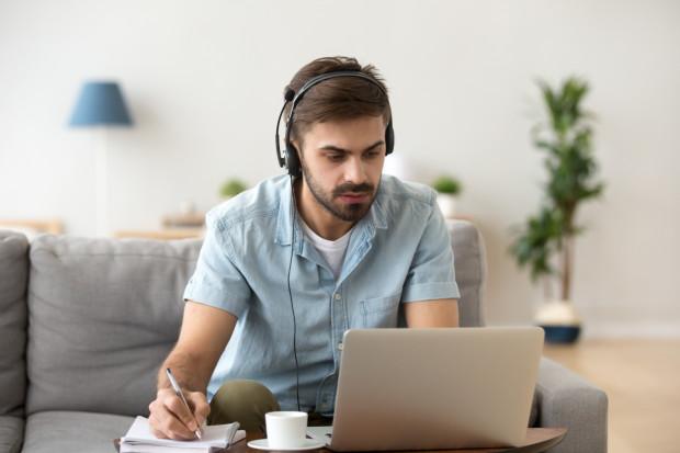 Współpraca i ściąganie podczas trwających egzaminów dzięki możliwościom oferowanym przez internet zdają się być dużo łatwiejsze.