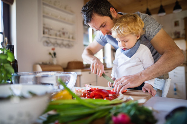 Gotowanie w domu to najprostszy sposób na kontrolę ilości spożywanych kalorii, jakości pokarmu oraz zawartości cukru i soli.